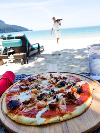 Yes, they will also bring pizza to the beach for you